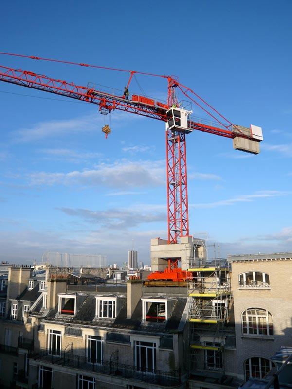 Technique d'avant-garde : une grue à tour posée sur un bâtiment en rénovation lourde !